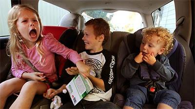 Los niños en el coche pueden provocar serias distracciones