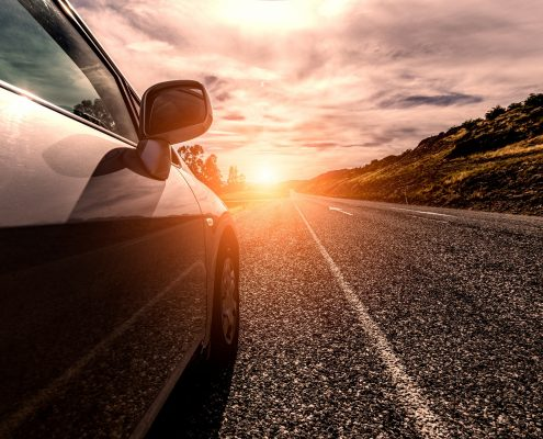 coche autonomo hacia el horizonte